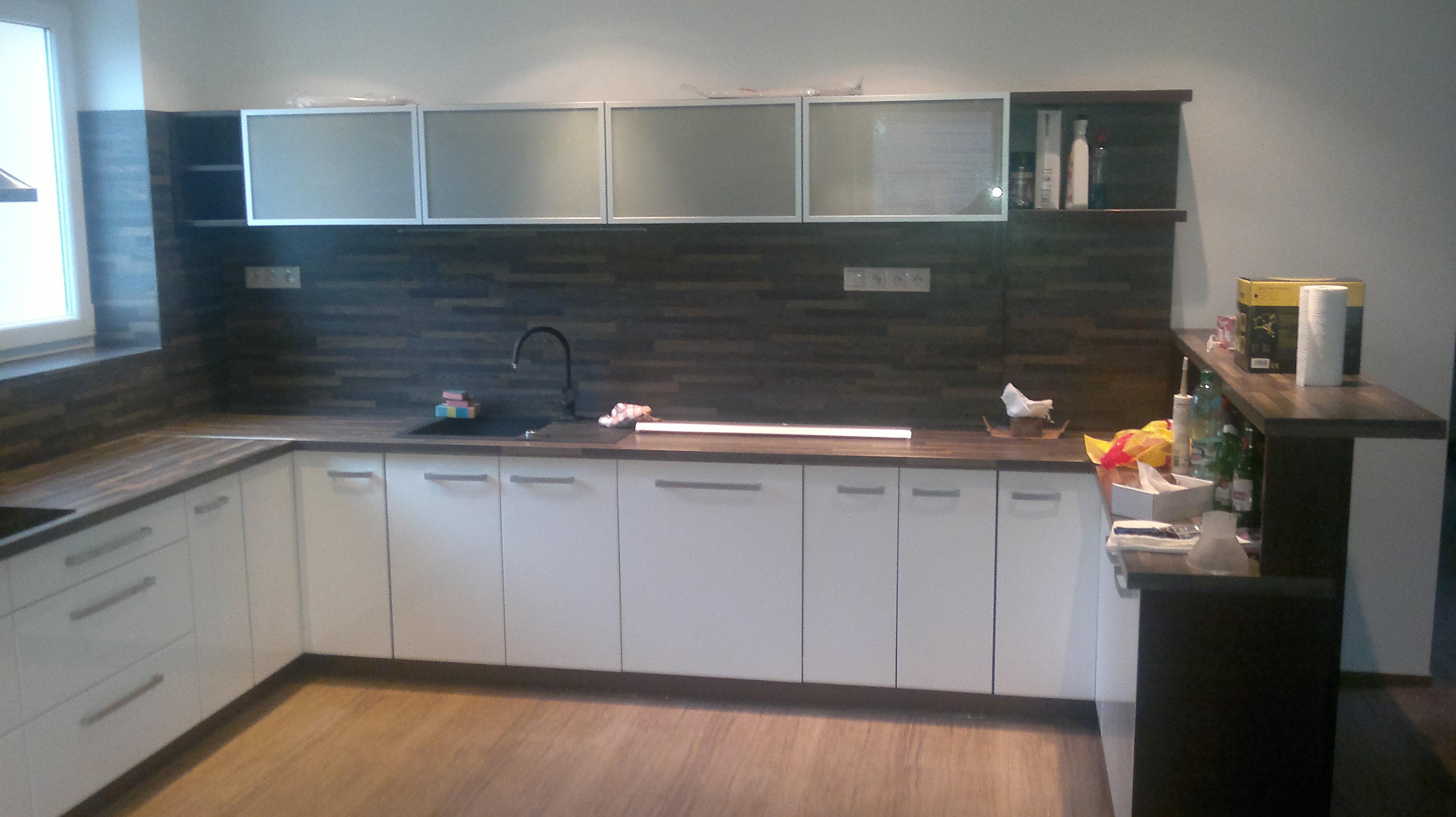 25d47be27e6f Kuchyne s výhľadom na dvor a barovým pultom.